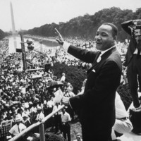 © Martin Luther King (1929-1968) American priest activist for Civil Right Movement of black Americans saluting the crowd during the March in Washington on August 28, 1963 / Bridgeman Images